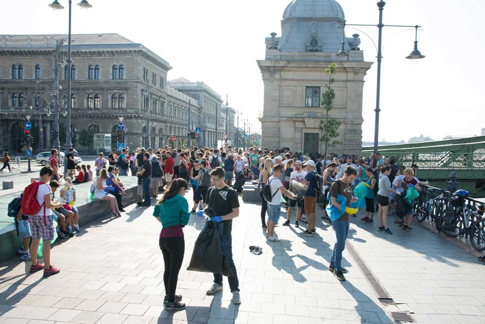 A gyülekező önkéntesek tömege az esemény előtt negyedórával. / Fotó: Kalmár Krisztián - hulladekvadasz.hu