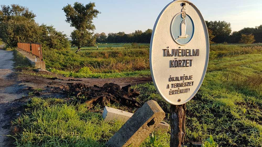 Közvetlenül a tájvédelmi körzet határát jelölő tábla mögött történt a hulladékégetése. / Fotó: hulladekvadasz.hu