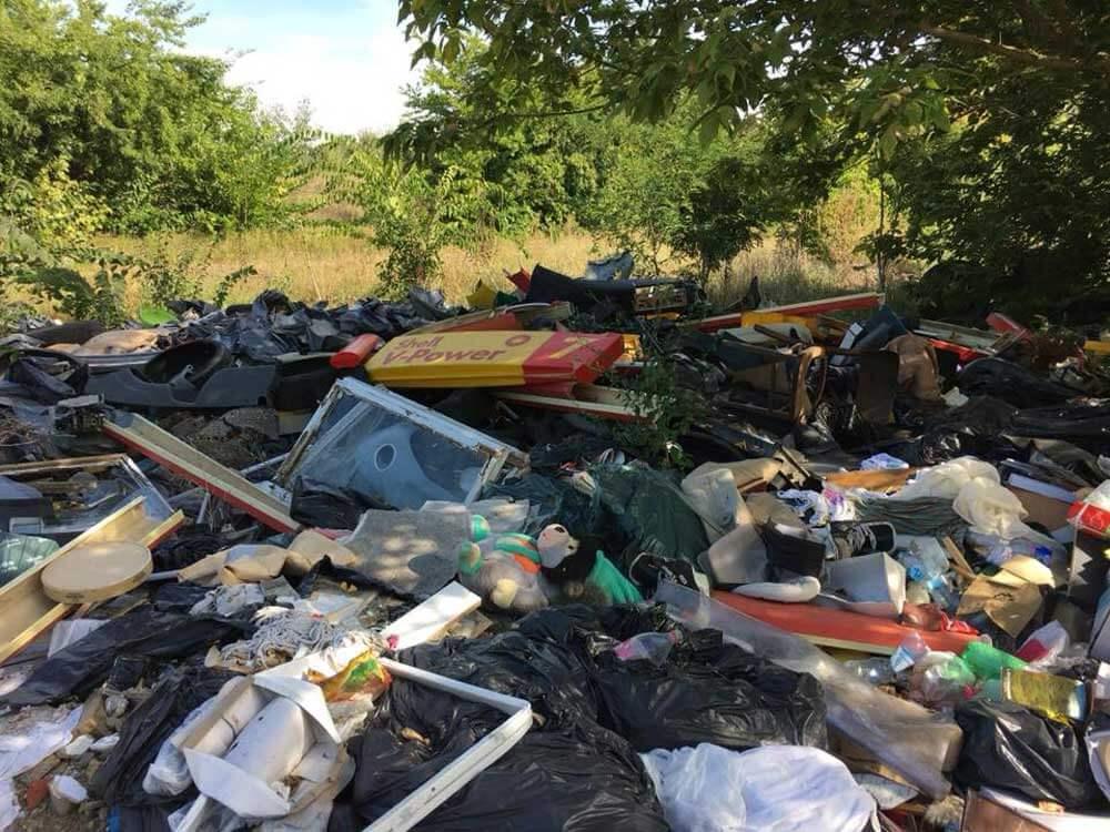 A kupac közepén egy ütött-kopott Shell benzinkúti tábla. / Fotó: hulladekvadasz.hu