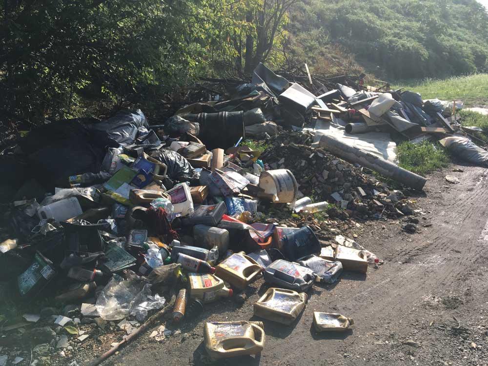 Motorolaj a szemétkupac oldalában. Vélhetően egy közeli autószerelő műhelyből került ide. / Fotó: hulladekvadasz.hu