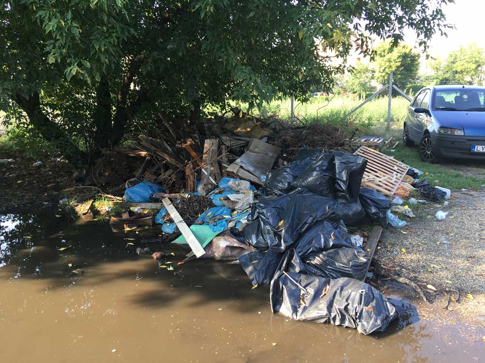 Vízbe ázó veszélyes hulladék a zuglói Francia úton