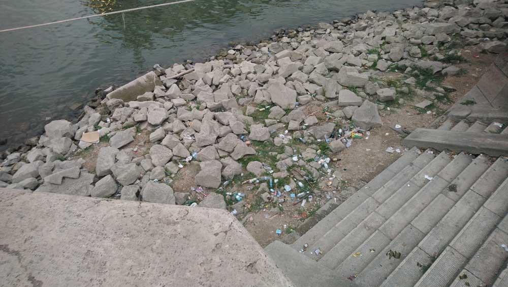 Ez a Lánchíd melletti helyszín is megtisztításra kerülhet az önkéntesek által. / Fotó: hulladekvadasz.hu