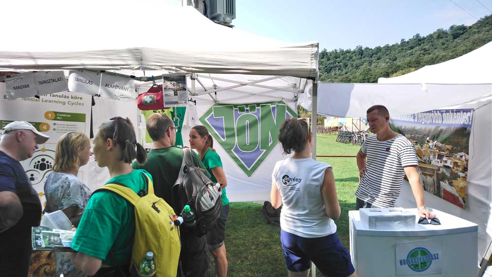 Nagy érdeklődés volt a JÖN Alapítvány / Hulladékvadász sátránál. / Fotó: hulladekvadasz.hu