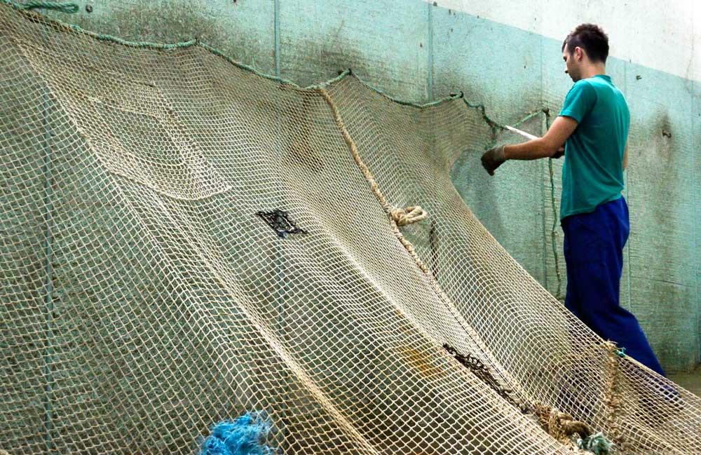eef148c51e Ilyen hulladék lehet akármilyen műanyag hulladék, köztük az óceánok fenekén  található elhasznált halászhalók tömkelege, amit önkéntes búvárcsapatok  hoznak a ...