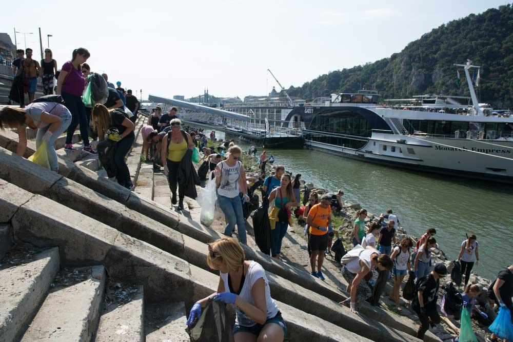 Az önkéntesek hatalmas tömege szó szerint elözönlötte a Budapest pesti rakpartját. / Fotó: Kalmár Krisztián - hulladekvadasz.hu