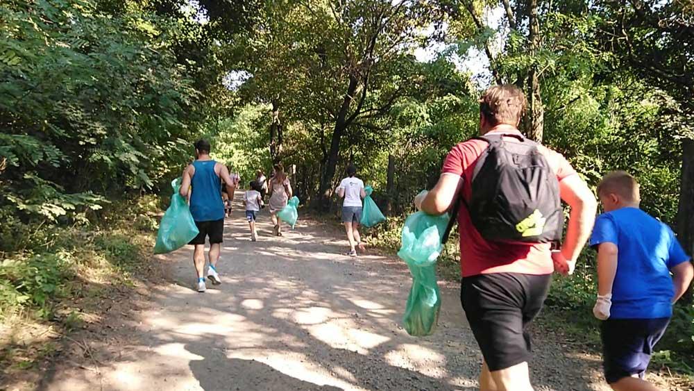 Nagy volt a lendület a start után, ahol kicsik és nagyok nekiláttak megmenteni a környezetet. / Fotó: hulladekvadasz.hu