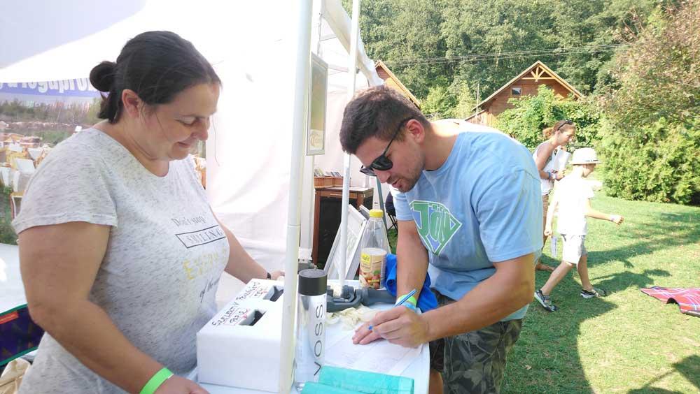 A munkavédelmi oktatás után mindenki aláírta, hogy saját felelősségére vesz részt az eseményen. A szemétszedések egyáltalán nem veszélytelenek. / Fotó: hulladekvadasz.hu