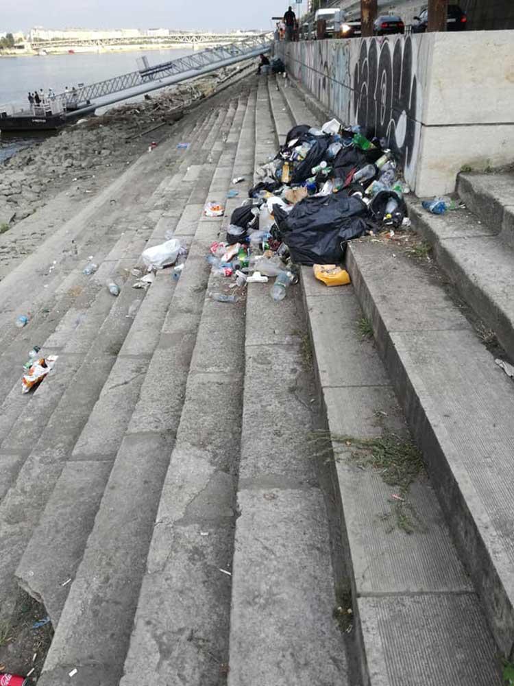 Kommunális hulladéklerakat a Duna rakpartján.