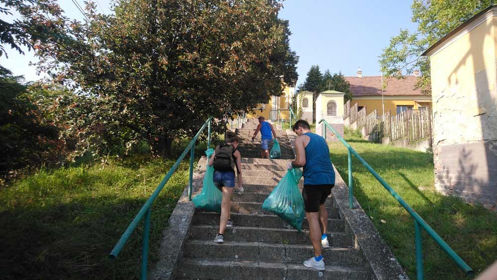A ploggingosok nem csak a természetben, hanem a városi környezetben is feltalálták magukat. / Fotó: hulladekvadasz.hu