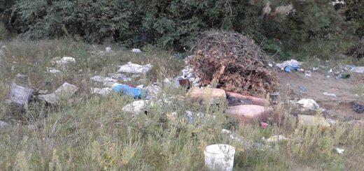 Gödi szántóföld melletti hulladéklerakások
