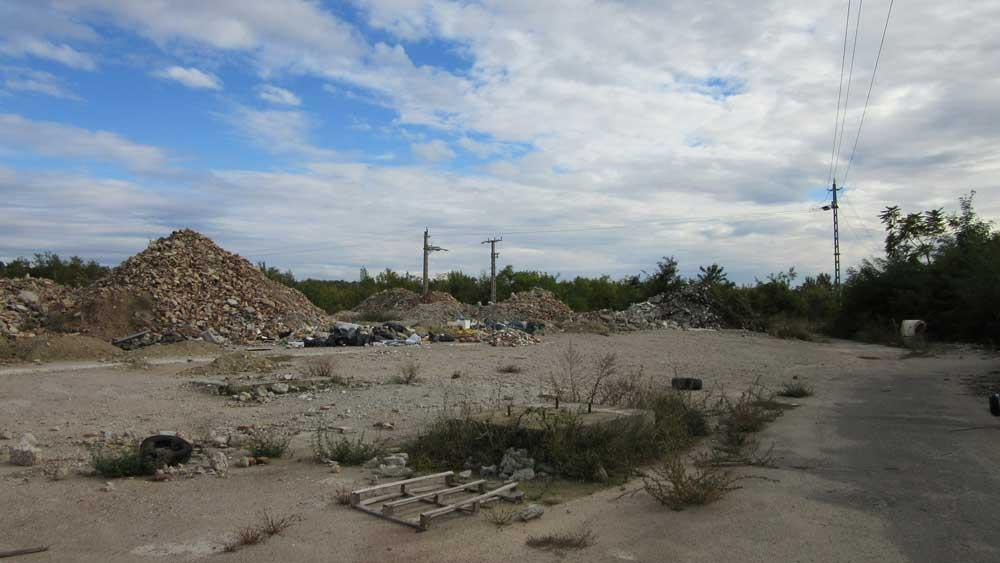 Az építési hulladékhegyek tövében jól látható módon gyűlik az odahordott kommunális és egyéb hulladék. / Fotó: hulladekvadasz.hu