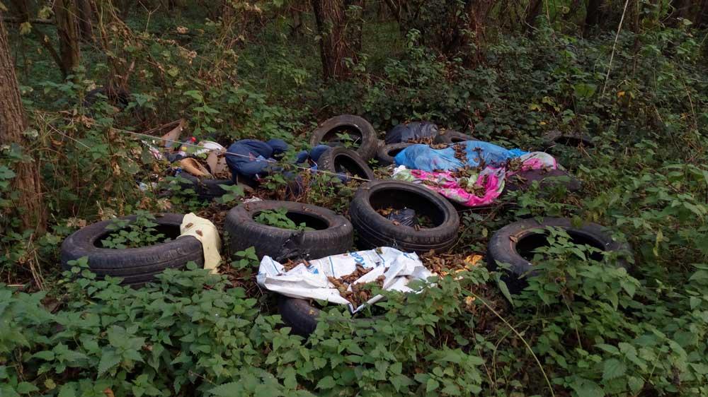 Autógumi és kommunális hulladék.