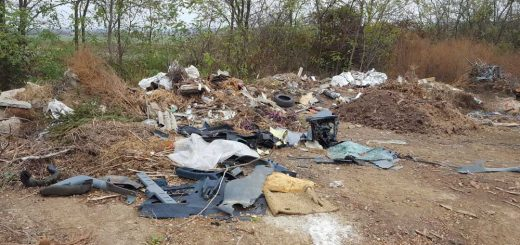 Vásárosdombó külterületén gyűlik a hulladék