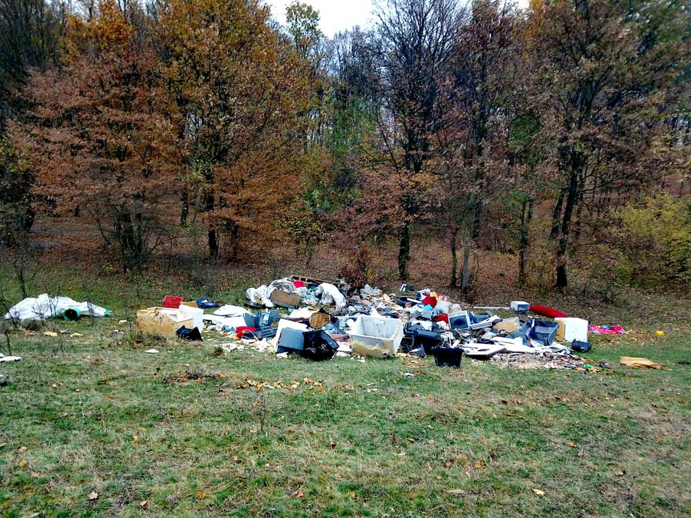 Itt tényleg mindenféle hulladék megtalálható: bontott hűtőtől egészen a kommunális hulladékig.