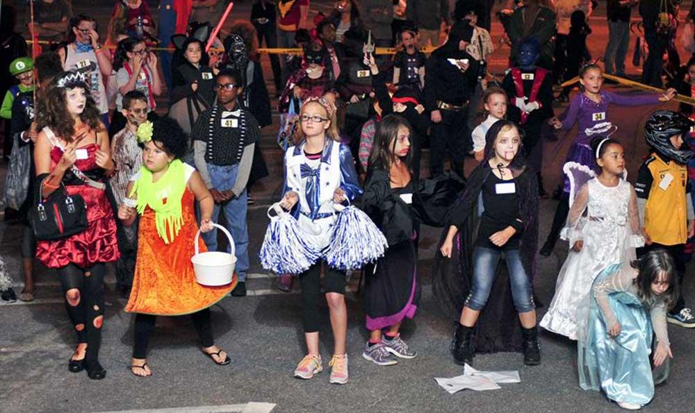 Halloween alkalmával jelmezbe öltözött fiatalok bulizás közben.