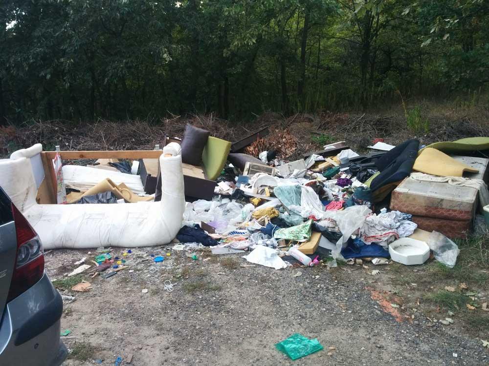 Rendszeresen kerül ki a helyszínre kommunális hulladék is.