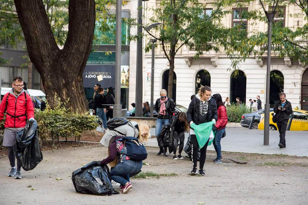 A patikatisztaságúra varázsolt Erzsébet tér. Munka közben a ploggingosok. / Fotó: Kalmár Krisztián / hulladekvadasz.hu