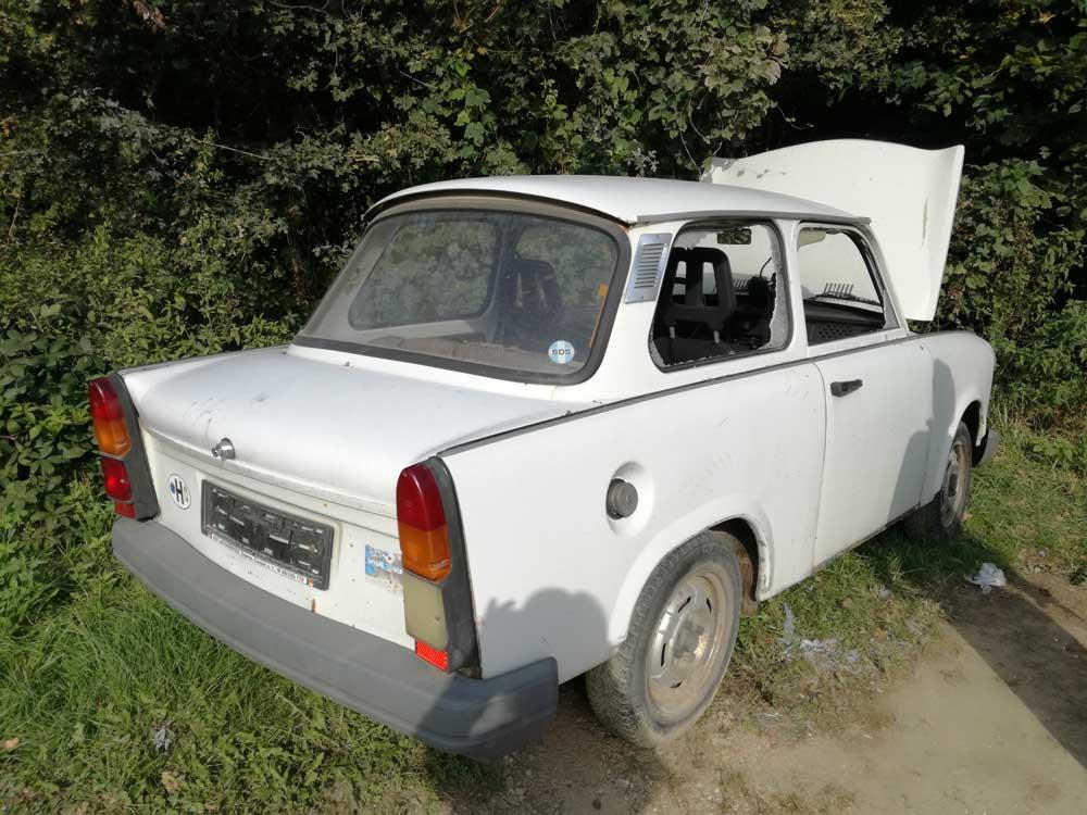 Ablaka, motorja, belső terme már ugyanúgy nincs mint gazdája ennek a régi német masinának.