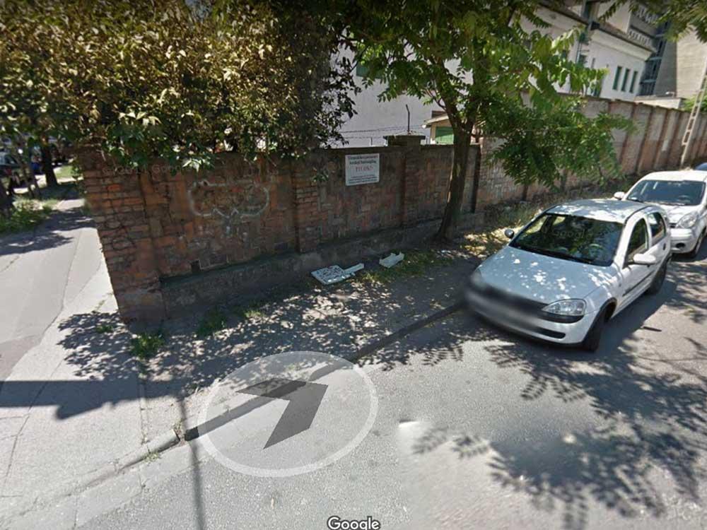 Az utca 2014-es képe szerint is a hulladék gyűlik a tiltótábla alatt. / Fotó: Google Maps