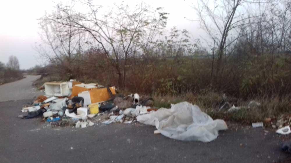 A bontott hűtő köré hamar oda kerül a hulladék téma többi szereplője.