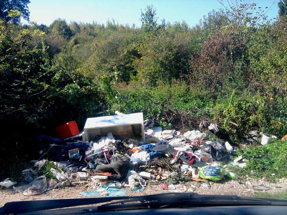 Bontott hűtő és ezernyiféle hulladék Miskolc külterületén.