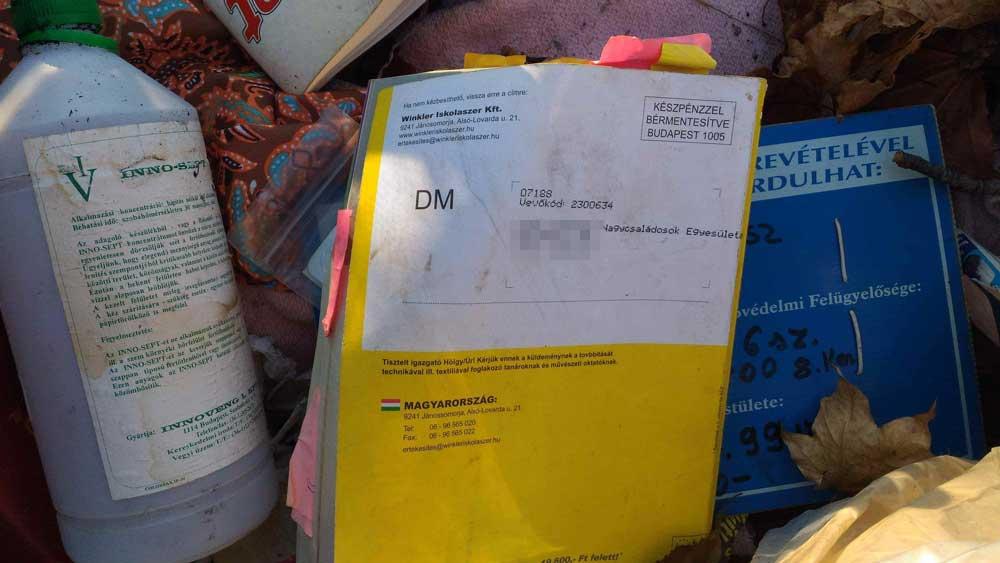 Veszélyes hulladék és irodaszerek az esztergomi szemétkupacban.