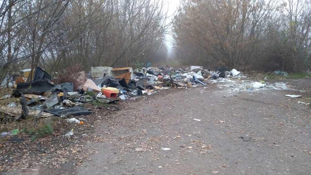 Hatalmas mennyiségű illegálisan lerakott hulladék Kál határában.