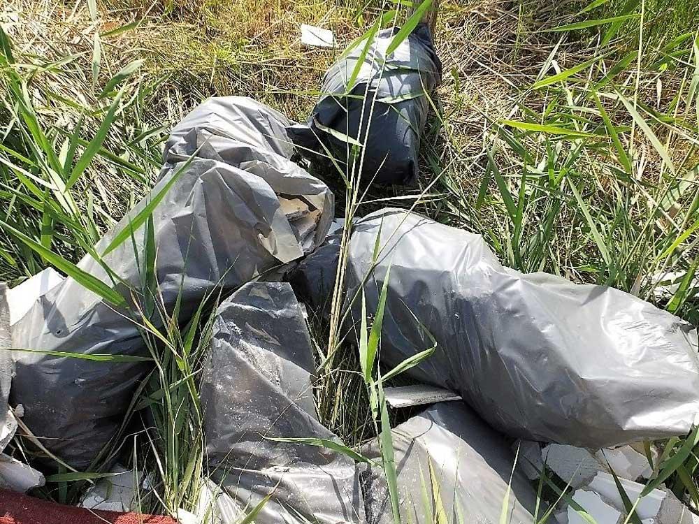 Építési hulladékos zsákok telis-teli hevertek a Nemzeti Parkunkban. / Fotó: police.hu