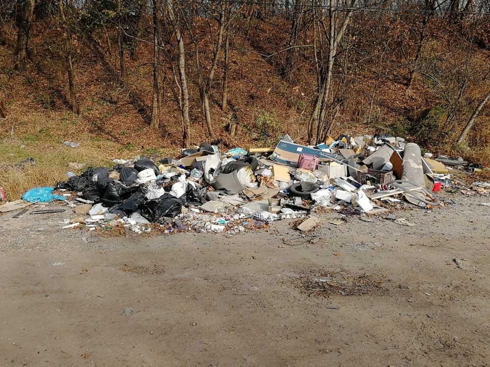 A lerakat ránézésre legalább két konténernyi hulladéknak felel meg.