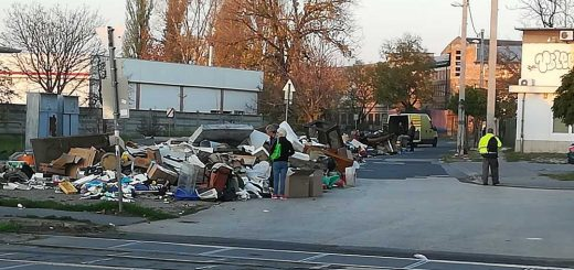 Lomtalanítás kezdete előtt hulladékhegyek a XVIII. kerületben