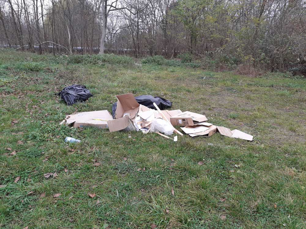 A helyszínre vélhetően a napokban kikerült kommunális és építési hulladék.