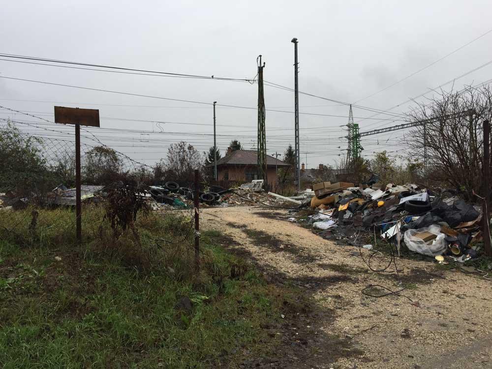 Nem tudjuk megállapítani, hogy a terület magánterület-e? De az biztos, hogy a hulladéknak nincs itt keresnivalója.