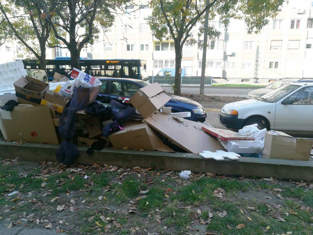 Csomagolási hulladék igencsak nagy mennyiségben foglalja a helyet a parkolóban.