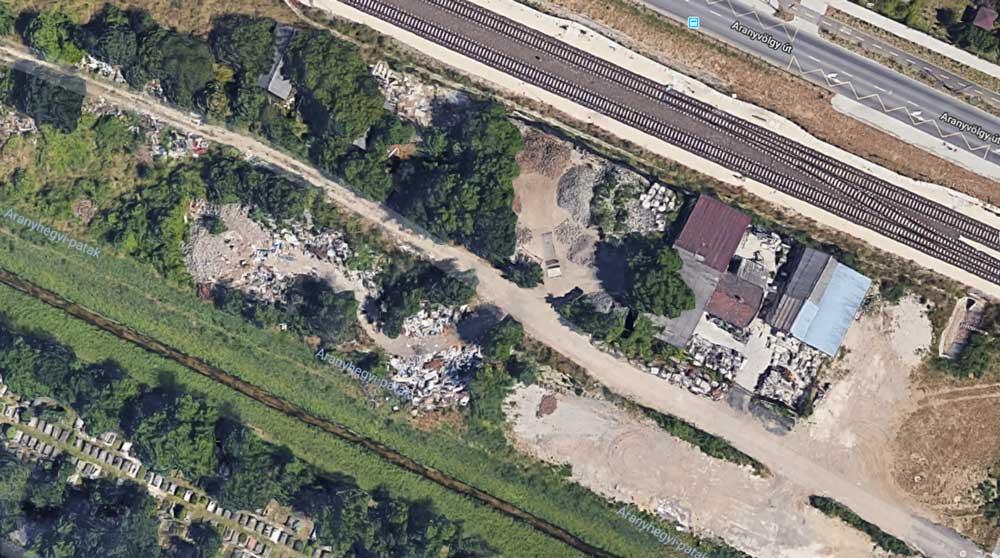 Keled út végénél található földutas rész telis tele rengeteg hulladékkal. / Fotó: Google Maps