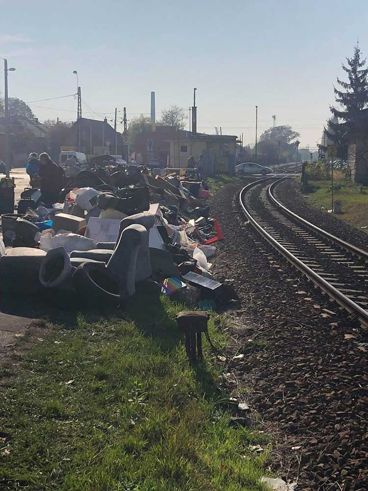Lomtalanítási hulladék hegyek XVIII. kerületben. / Fotó: facebook.com/kadartibor5vk/