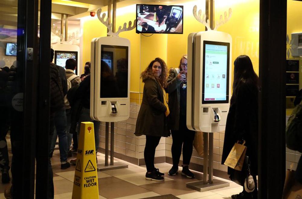 Az emberek gyanútlanul nyomkodják a terminálokat (mekis kijelzők) olykor tiszta, olykor szaros kézzel. / Fotó: metro.co.uk