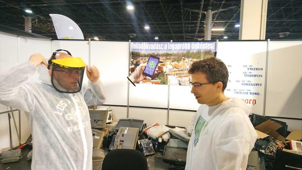 Balesetvédelmi oktatás öltözködés közben. Imre Dávid, villamosmérnök mondja el a legfontosabb tudnivalókat a dühöngőnek.