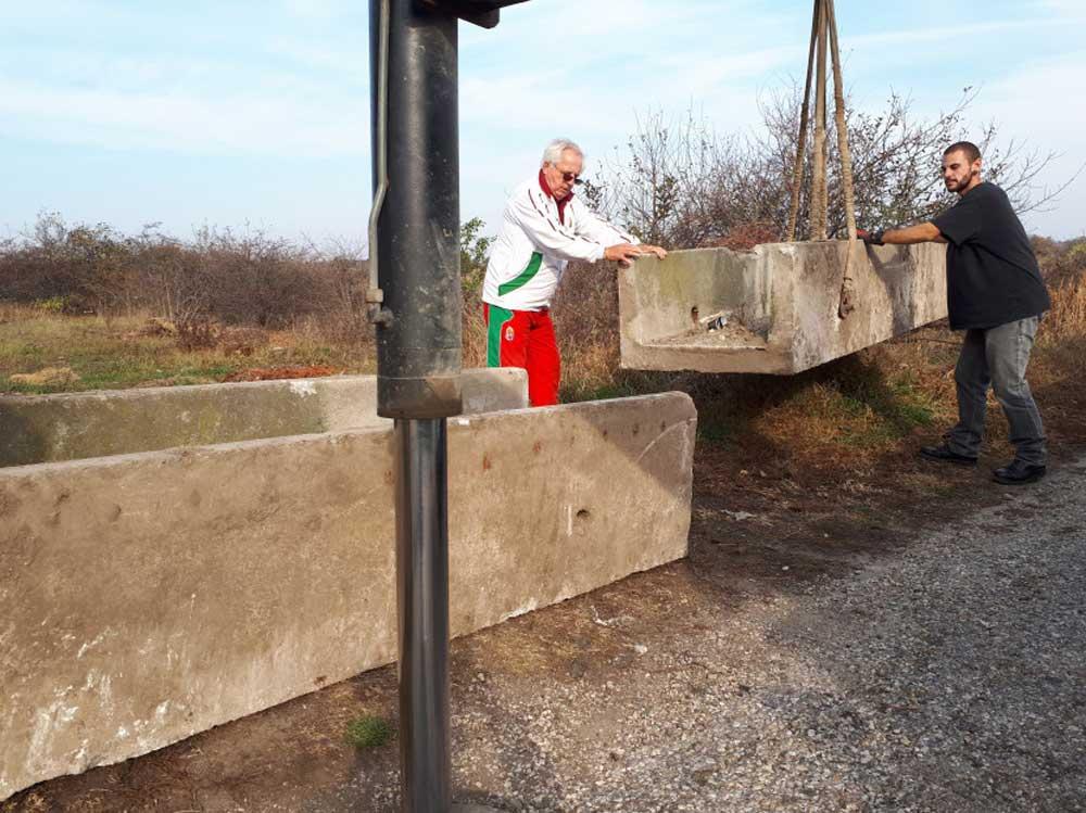 Betontömbökkel a szemetelők ellen. Képen Macsotay Tibor, az Érdi Polgárőrség elnöke. / Fotó: erdmost.hu