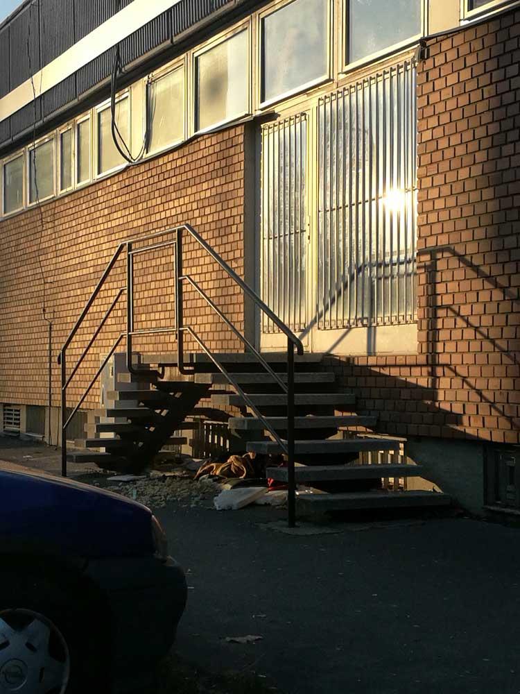 Lakberendezést áruló győri bolt lépcsője alatt szemét
