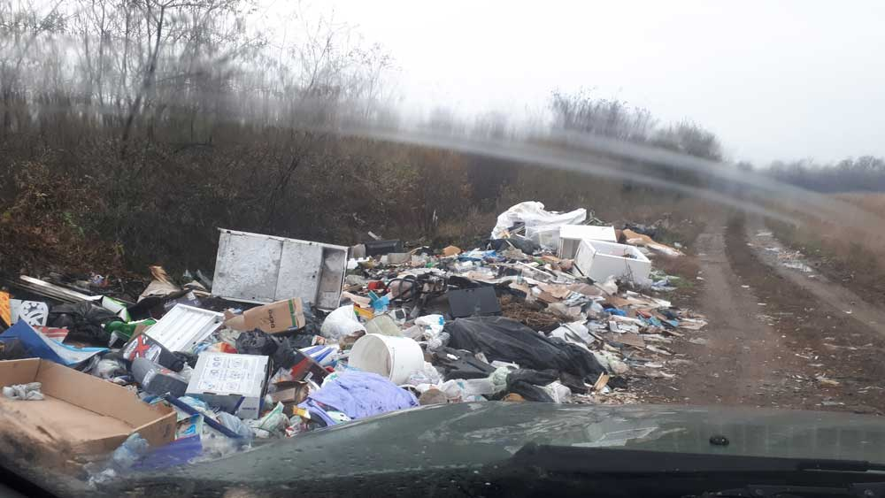 Volán garázsszövetkezet melletti óriási hulladék halmok