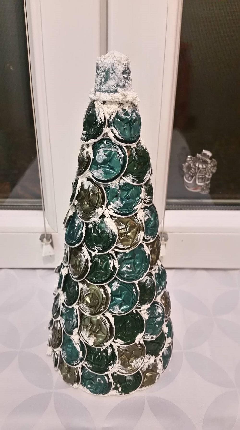 kávékapszula újrahasznosítás Hópaszta is felkerül a kávékapszulából készülő karácsonyfánkra.