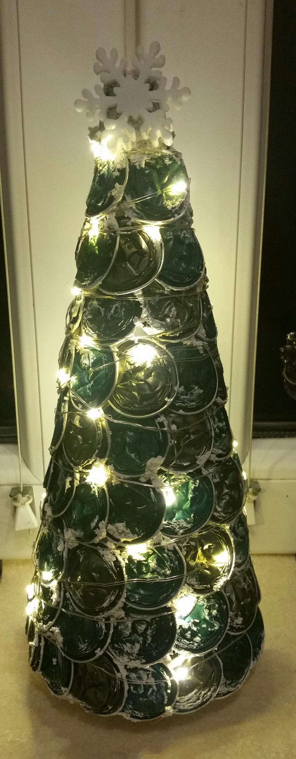 Csillog-villog az alternatív karácsonyfánk. Szép nem?