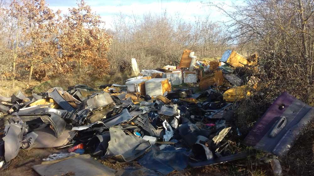 Több tonna veszélyes hulladéknak minősülő elektromos és autóbontásból származó hulladék van a helyszínen.