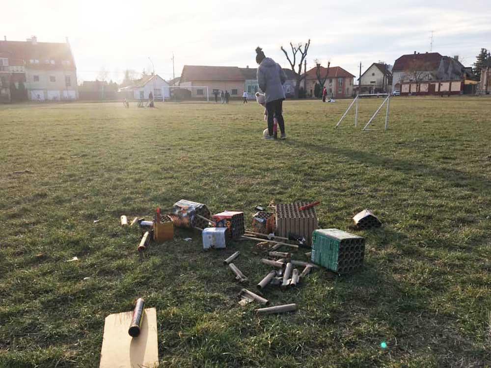 Gyerekek játszanak a sportpályán az akár súlyosan szennyező pirotechnikai hulladékok közt.