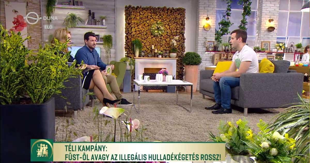 A Család-barát műsor vezetői érdeklődve kérdezgették a JÖN Alapítvány frontemberét. / Fotó: mediaklikk.hu