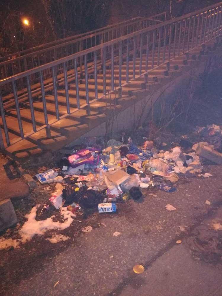 Kommunális hulladék a lépcső mellé hányva.