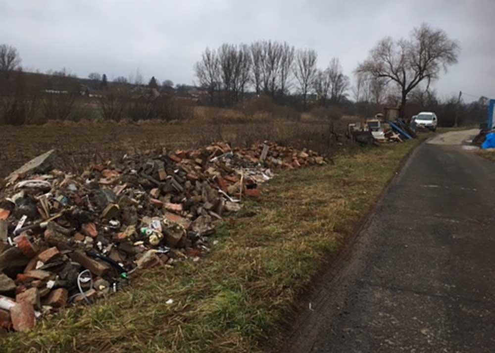 Az építési hulladék ömlesztve beöntve a település Kossuth utcájának az oldalába.