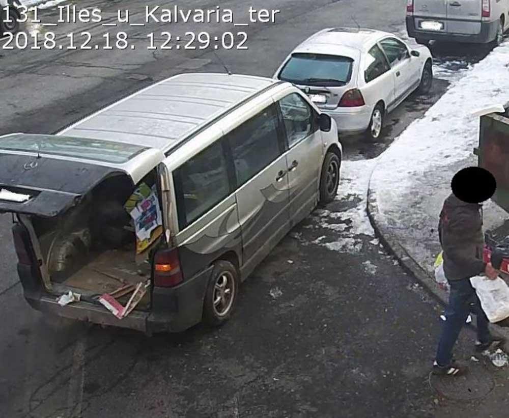 Egy kisbusz parkolt le a Kálvária tér és Illés utca sarkánál pont a kamera elé, vesztére. / Fotó: jozsefvaros.hu