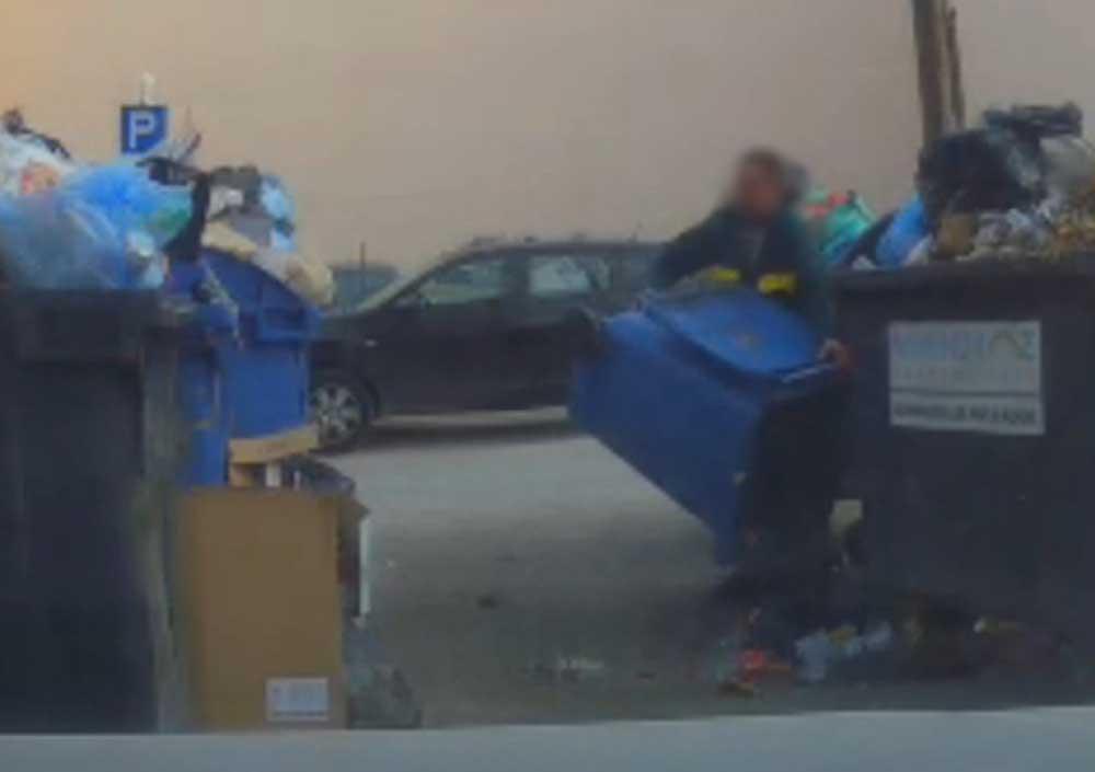 Vajon itt mi folyik? Tetten ért kukázót filmeztek le rejtett kamerával. / Fotó: mior.hu