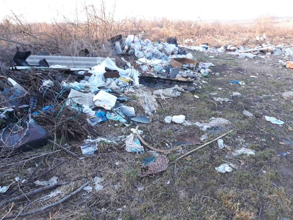 A területet elöntötte a kommunális és építési hulladék is.